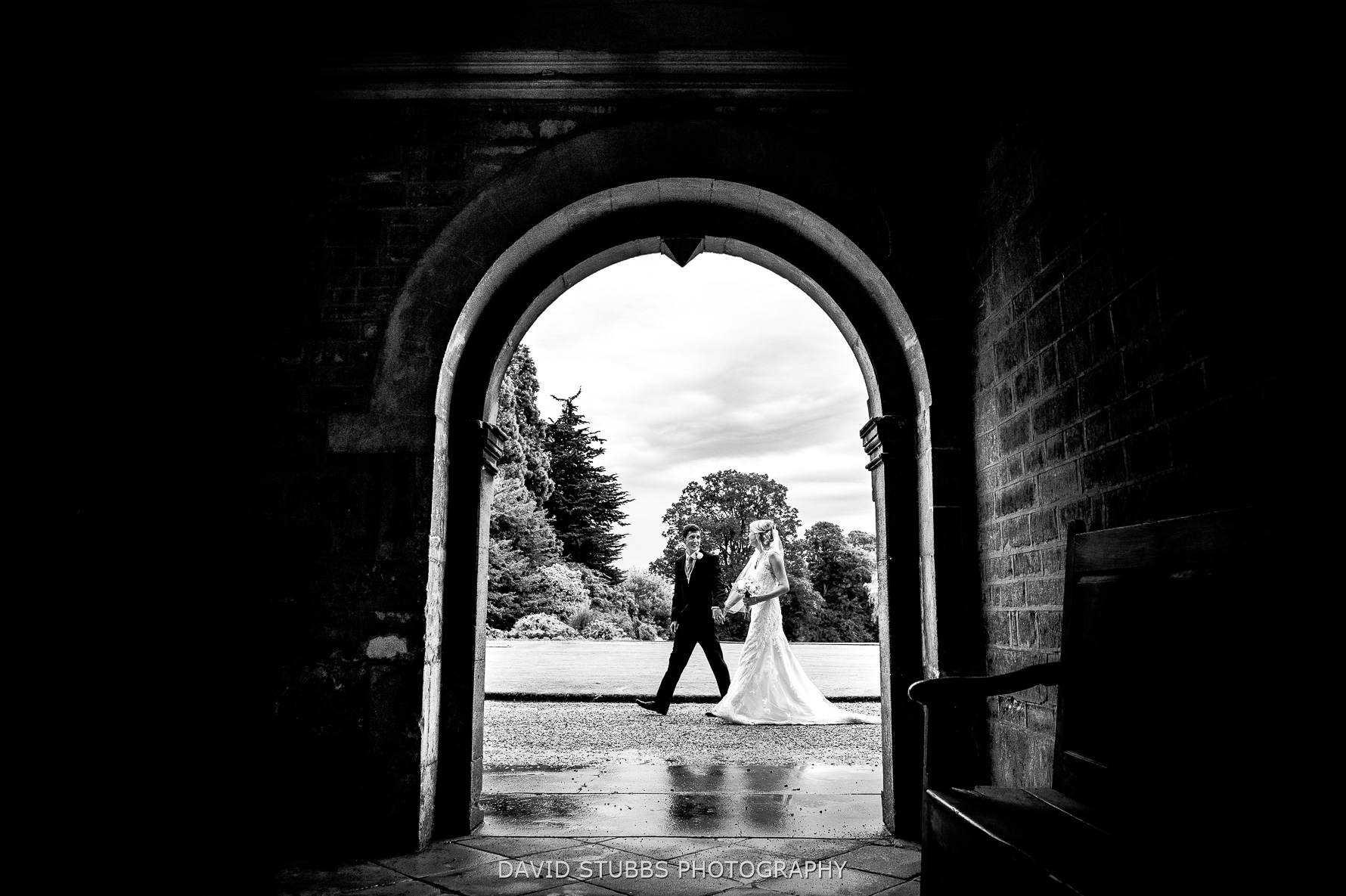 photograph for wedding through arch