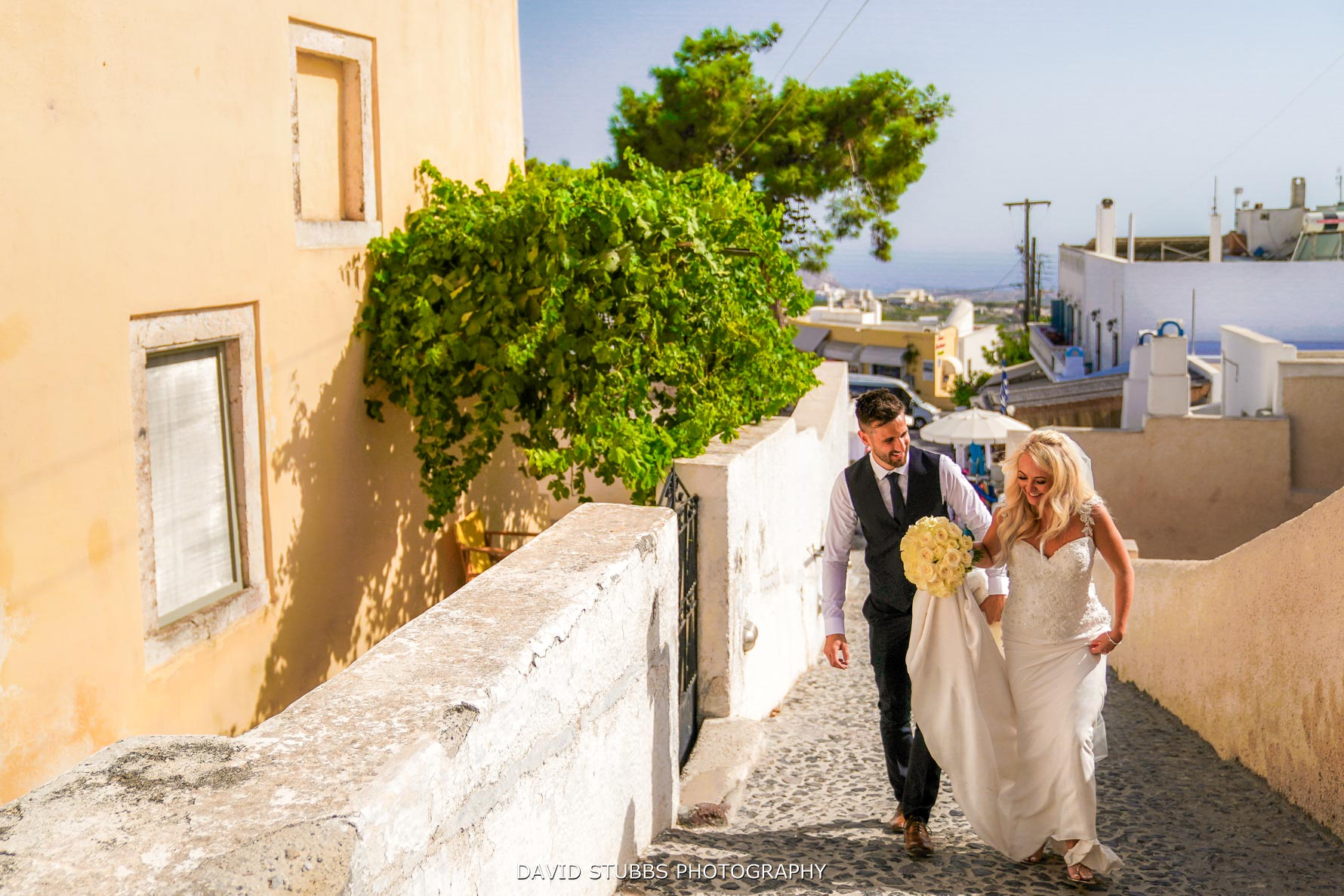 coupe in lopve for natural wedding photography on Santorini